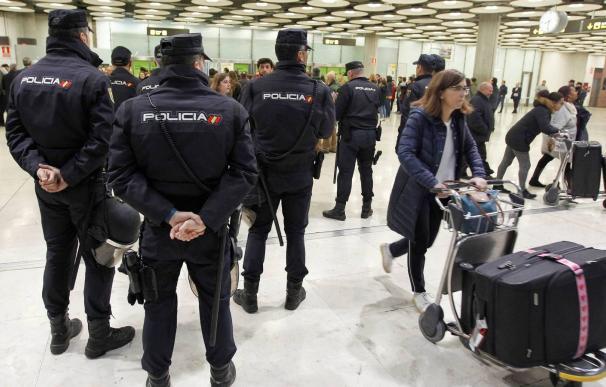 Policías en el aeropuerto de Barajas