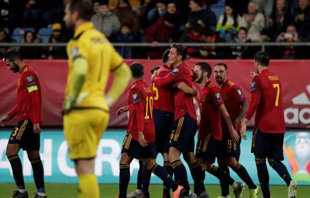 Los jugadores de la selección española celebran el tercer gol ante Malta, obra de Pau Torres.