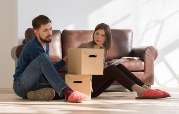 Fotografía de una pareja que pidió una hipoteca para comprar una casa.