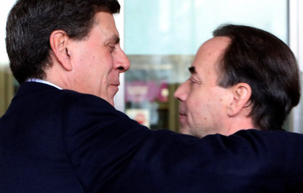 El padre de Diana Quer, Juan Carlos Quer, se abraza esta mañana a su llegada a los juzgados Compostelanos a su abogado, Ricardo Pérez Lama