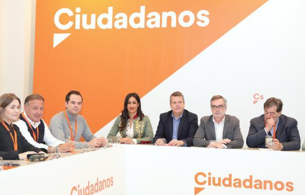 El presidente de la Comisión Gestora de Ciudadanos, Manuel García Bofill, junto a otros miembros de este órgano.