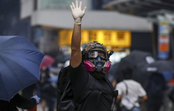Un manifestante hace gestos durante una manifestación contra la ley que prohíbe las máscaras en Hong Kong. /EFE
