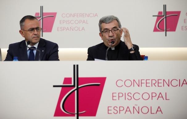 El secretario general de la Conferencia Episcopal Española (CEE), Luis Argüello, y el vicesecretario para asuntos económicos, Fernando Giménez Barriocanal. /EFE