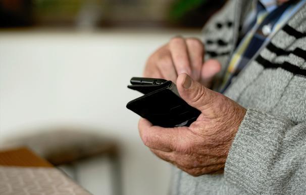 Enganchados a los videojuegos del móvil: un nuevo mercado para los mayores de 55