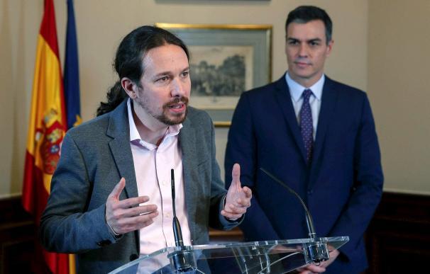 Pablo Iglesias, junto a Pedro Sánchez tras firmar el pacto de coalición