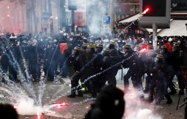 La policía antidisturbios choca con los manifestantes durante una manifestación contra las reformas de pensiones en París. /EFE
