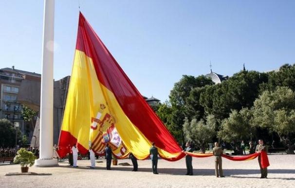 La bandera española de 300 metros cuadrados y 35 kilos ondea en Colón por el día del patrón de Madrid