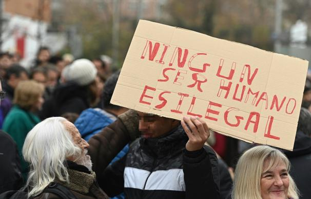 """Concentración de vecinos de Hortaleza contra """"el racismo"""". / EFE"""