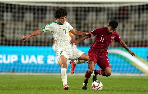 El catarí Afif pugna por un balón en un Irán-Catar de la Copa Asia 2019