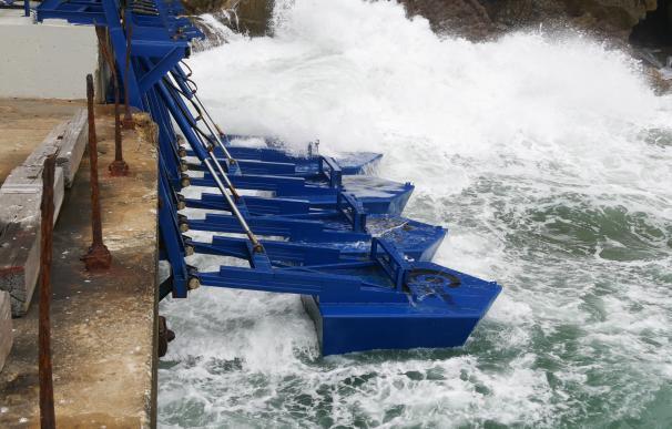 Paletas de Eco Wave Power en un muelle