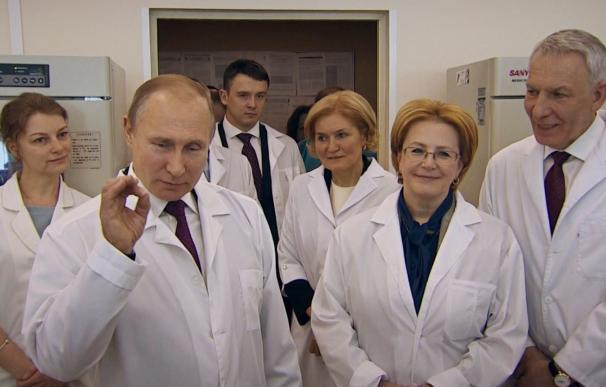Vladimir Putin, en una visita a un laboratorio