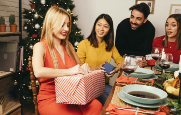 Entrega de regalos en la cena de amigo invisible