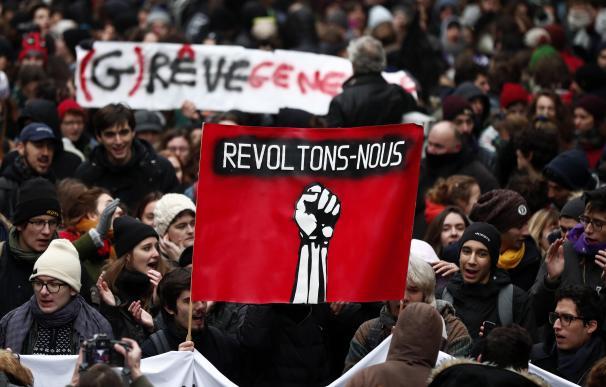 Los manifestantes sostienen un cartel que dice 'Let's Revolt' durante una manifestación contra las reformas de pensiones en París, Francia, el 05 de diciembre de 2019. /EFE