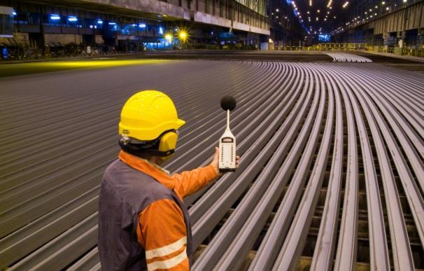 Un empleado en la planta de Arcelor en Gijón.