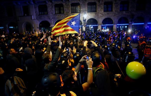 Mossos d'esquadra dispersan a los miles de personas, convocadas por los denominados Comités de Defensa de la República (CDR), que se concentran ante la Jefatura de la Policía Nacional de la Via Laietana de Barcelona, en medio de un fuerte dispositivo poli