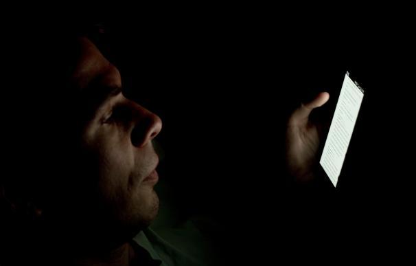 Lanzan un protector 'made in Spain' contra la luz azul de los móviles