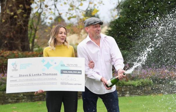 Fotografía de Steve Thomson y su mujer Kenla, ganadores del bote del Euromillones del martes 19 de noviembre.