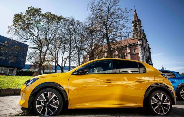 El nuevo Peugeot 208 frente a la llamada Iglesia Skate, situada en la localidad de Coruño.