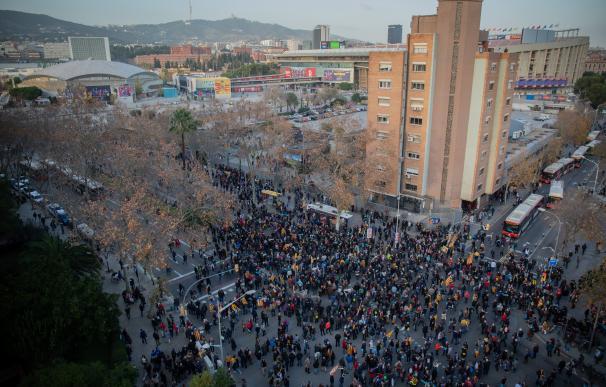 Unas 5.000 personas convocadas por Tsunami protestan en los alrededores del Camp Nou