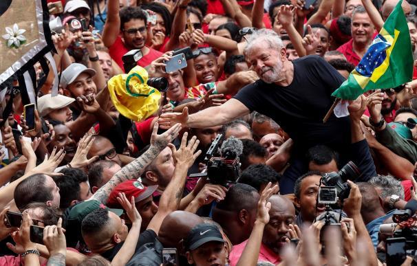 Lula entre sus seguidores tras salir de la cárcel. / EFE