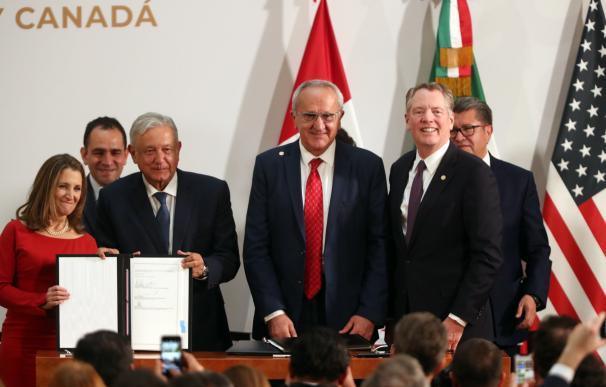 Chrystia Freeland, Manuel López Obrador, José Antonio Seade Kuri y Robert Lighthizer posan durante la firma de la nueva versión del acuerdo.