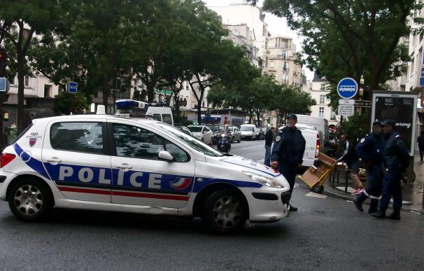 Fotografía de un coche de policía de la región de París.