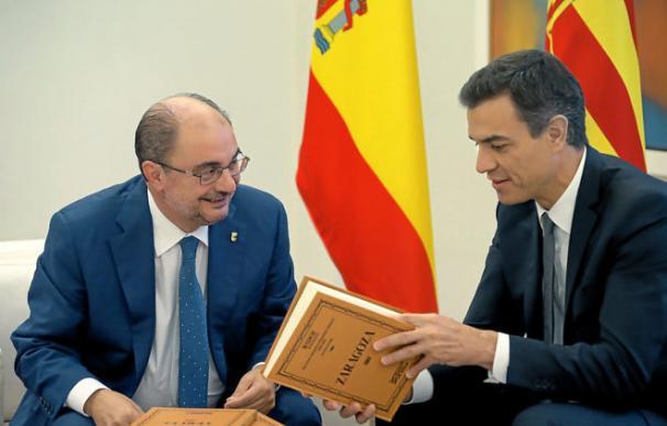 El presidente de Aragón, Javier Lambán, conversa con el presidente del Gobierno, Pedro Sánchez durante su reunión el pasado 8 de octubre. /Zipi /EFE