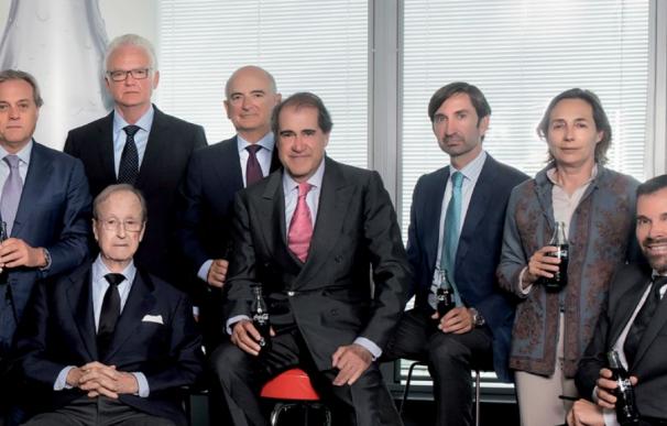 Comenge (centro, corbata rosa), junto a sus socios de Coca-Cola.