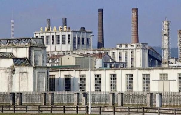 Exterior de la fábrica de Sniace en Torrelavega. /EFE