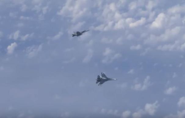 Encuentro entre un caza español y aviones rusos