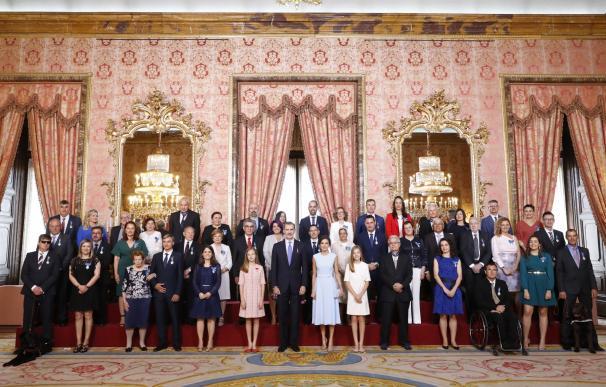 Los Reyes, la Princesa de Asturias y la Infanta Sofía con las 41 personas a las que se impusieron condecoraciones de la Orden al Mérito Civil. /Casa de S.M. el Rey