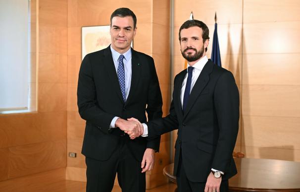 Pedro Sánchez y Pablo Casado ante los medios. / EFE