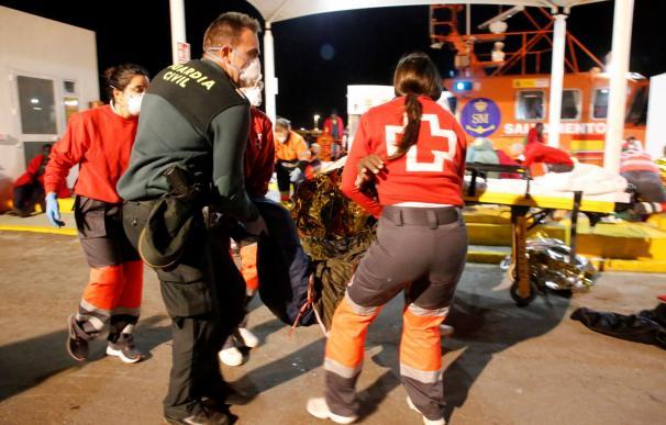 El rescate de una patera en Melilla. / EFE