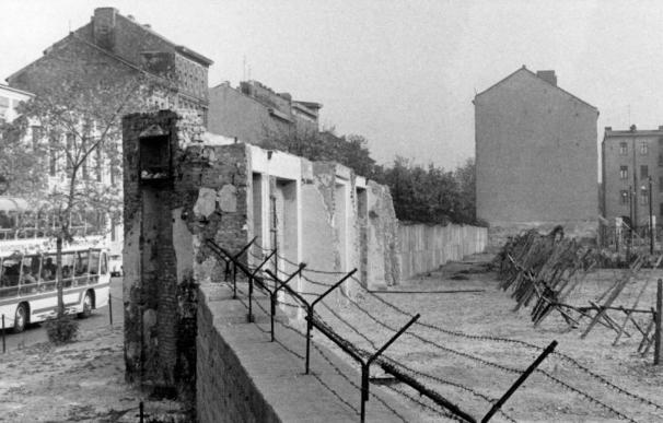 Fotografía de archivo tomada el 22 de agosto de 1965 que muestra el muro de Berlín en la calle Bernauer. /EFE/KONRAD GIEHR