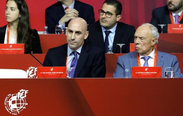 El presidente de la RFEF, Luis Rubiales junto a Antonio Suárez Santana (d). /EFE