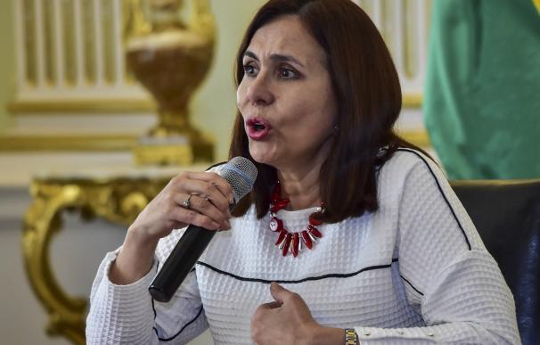 La canciller interina de Bolivia, Karen Longaric, habla durante una conferencia de prensa. /EFE