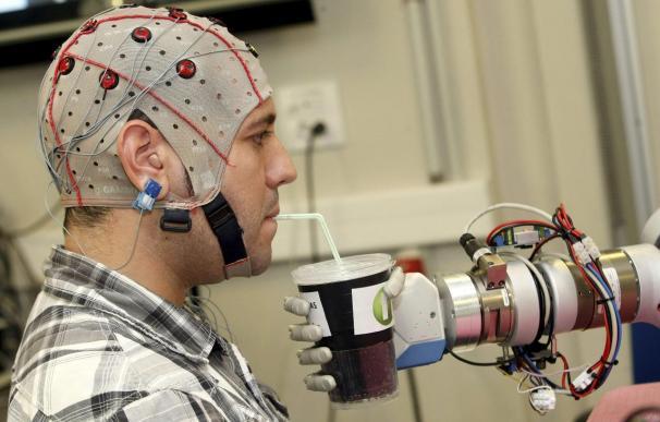 Diseñan un robot controlado a partir de la actividad cerebral de las personas
