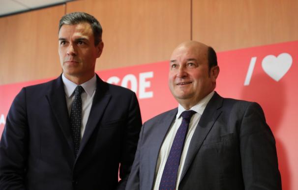 (I-D) El presidente del Gobierno en funciones, Pedro Sánchez, mantiene una reunión con el presidente del PNV, Andoni Ortuzar en la sede del PSOE de Ferraz.