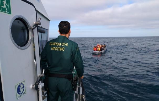 Muere una inmigrante y desaparece un niño al volcar una patera en Cádiz