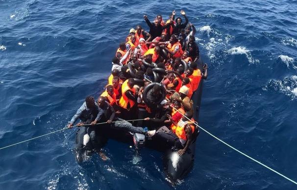 Rescatadas en buen estado de salud 42 personas que navegaban en una patera por el mar de Alborán
