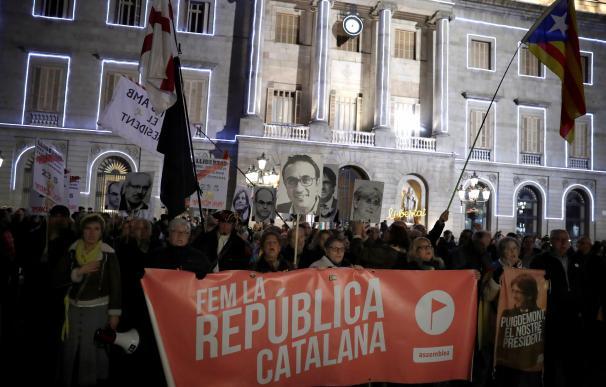 Miles de personas se manifiestan ante el Palau en defensa de Torra. / EFE
