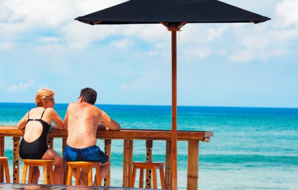 Fotografía de dos jubilados disfrutando de su pensión en el extranjero.