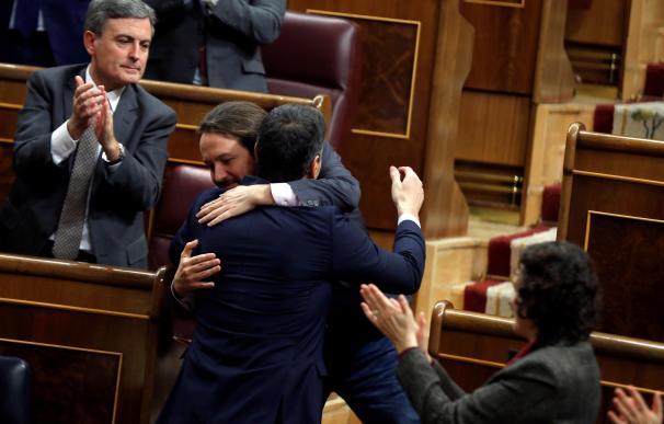 El líder de Unidas Podemos, Pablo Iglesias (i), saluda a Pedro Sánchez, tras su intervención ante el pleno del Congreso de los Diputados en la primera jornada de la sesión de investidura de Pedro Sánchez como presidente del Gobierno. EFE/Emilio Naranjo