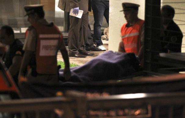 Agentes forenses trasladan el cadaver del fiscal Nisman, en la madrugada del pasado lunes.