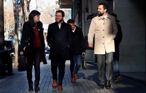 La portavoz y secretaria general adjunta de ERC, Marta Vilalta, el vicepresidente del la Generalitat, Pere Aragonés, y el presidente del parlamento de Cataluña.Roger Torrent,i-d., a su llegada a la sede de ERC donde hoy se reune la ejecutiva del partido ,