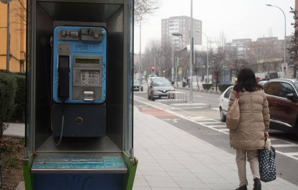 Todavía hay 16.000 cabinas telefónicas en España. / Iñaki Etxarri