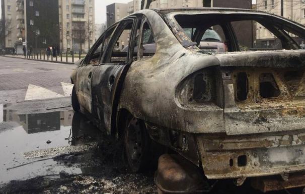 Coche quemado tras las protestas en la 'banlieue'