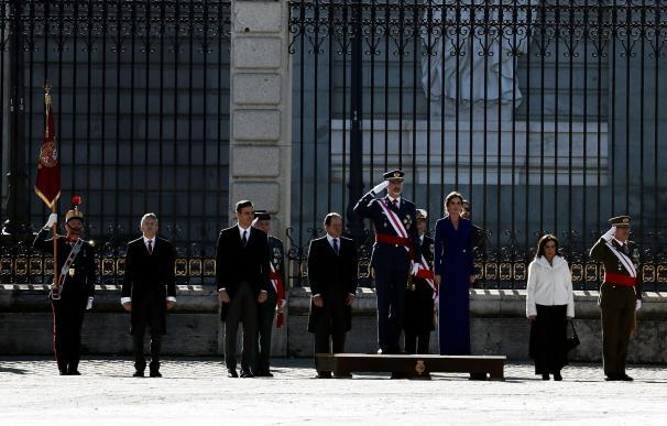 Los reyes, acompañados por el presidente de Gobierno en funciones, Pedro Sánchez, en el Palacio Real. / EFE