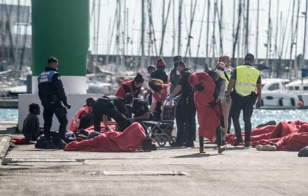 Muere un bebé que nació en una patera a la deriva con 5 menores más a bordo
