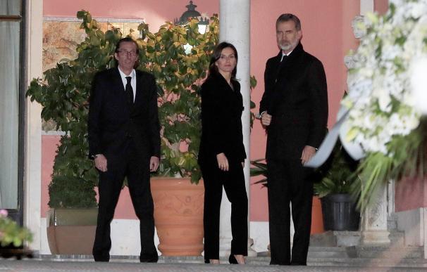 Los reyes de España Felipe (d) y Letizia, a su llegada a la capilla ardiente de la infanta Pilar de Borbón, fallecida este miércoles a los 83 años de edad, instalada en su domicilio de Madrid. Pilar de Borbón ha fallecido tras haber permanecido ingresada